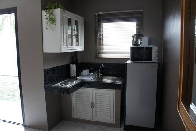 06- studio apartment-, microwave, kettle, toaster and all necessary kitchen utensils